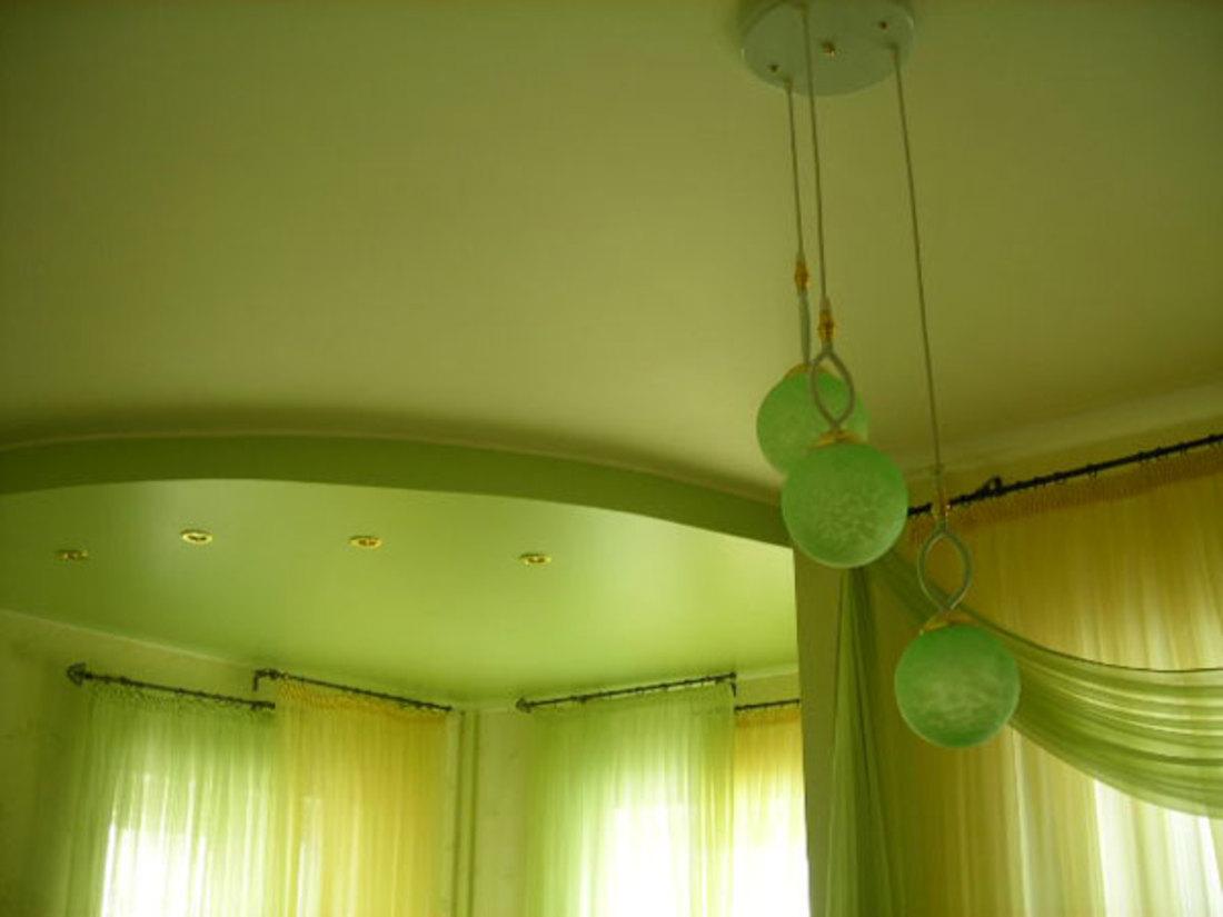 Зеленый натяжной потолок фото